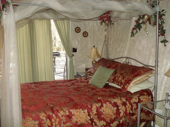 Honeymoon Hills Cabin Rentals:                   garden of Eden bed