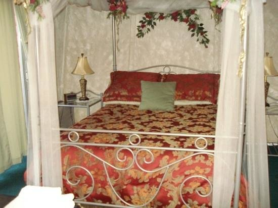 Honeymoon Hills Cabin Rentals:                   bed garden of Eden