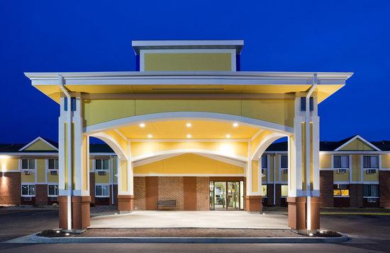 Fargo Inn & Suites: Exterior - Entrance