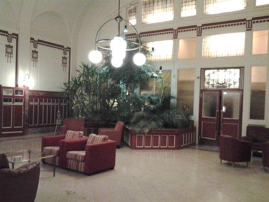 Rho Hotel:                   Холл отеля