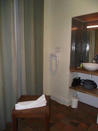 Normandoux Le Manoir:                   Miroir et lavabo