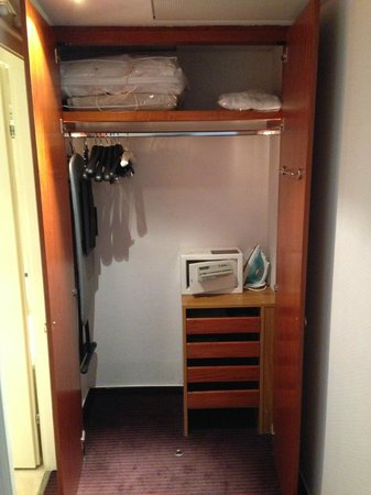 Sofitel Budapest Chain Bridge: The contents of the wardrobe in the room