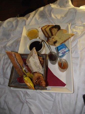 Normandoux Le Manoir:                   Petit déjeuner au lit
