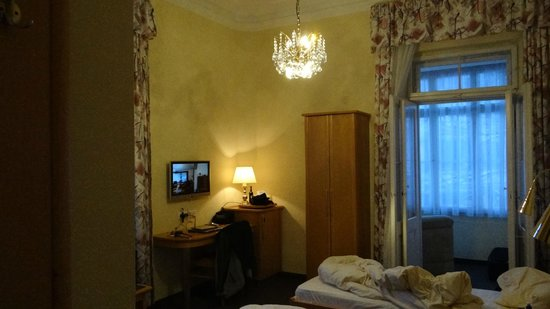 Hotel Uhland:                                     Double room with 2 single beds