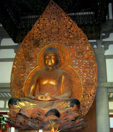 Byodo-In Temple: Buddha is more than 18 feet high