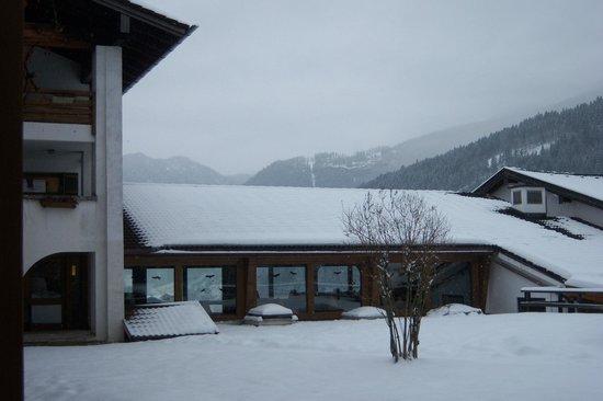 Berghotel Rehlegg:                   Blick über Pool in Richtung Berchtesgaden