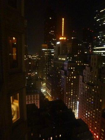 เดอะลอนดอนNYC:                   View from the room at night