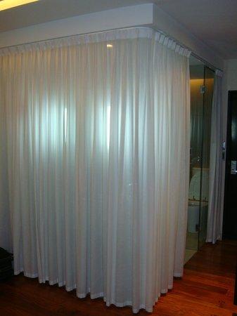 """Elevage Buenos Aires Hotel:                   O banheiro é de vidro, e tem essa cortina que da pra """"camuflar"""" - pq ela tbm é"""
