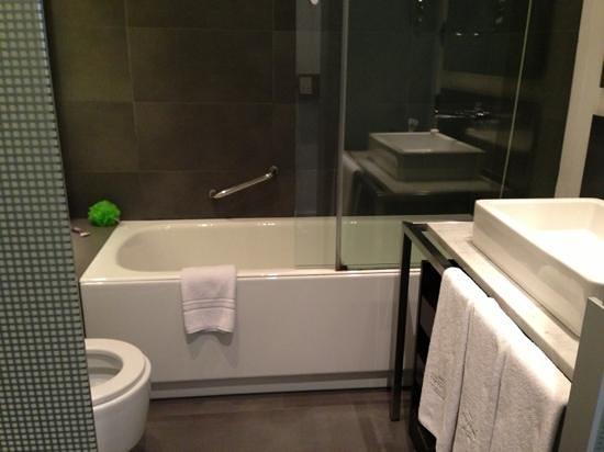 โรงแรมซิกซ์ตี้ทู: bathroom - very nice