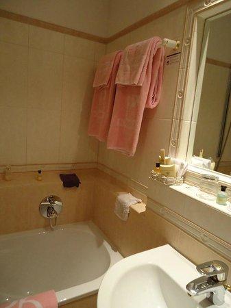 Schlosshotel Roemischer Kaiser:                   salle de bain et douche