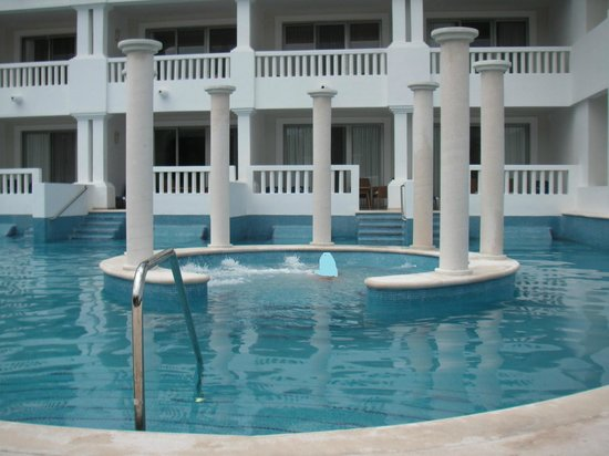Grand Sunset Princess All Suites Resort:                   piscina con jacuzzi central (uno de ellos)