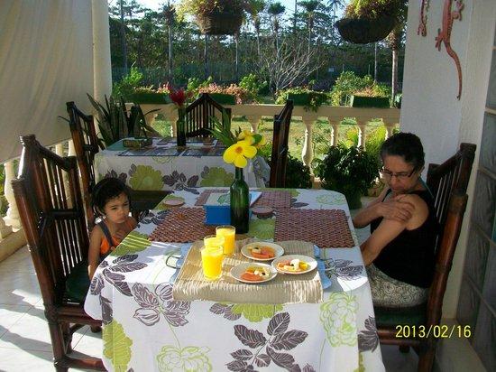 Hosteria Mar y Sol:                                     desayunando