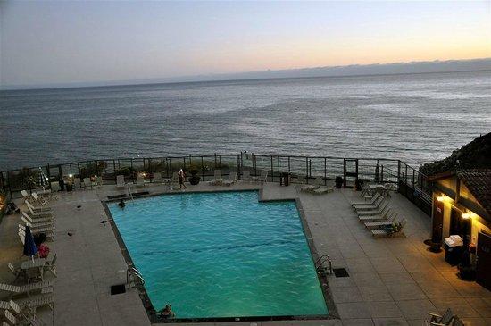Shore Cliff Hotel: Blick auf den Pool und Pazifik