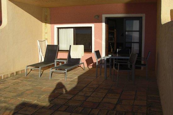 Pueblo Acantilado Suites:                   Sehr großzügige Sonnenterasse