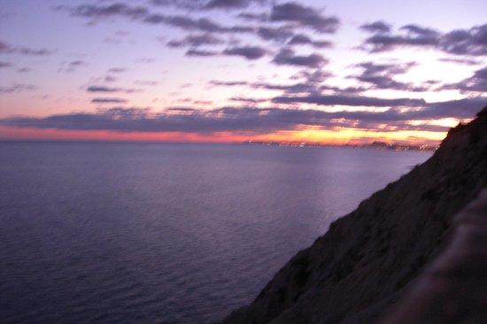 Pueblo Acantilado Suites:                   Sonnenuntergang mit Blick auf Alicante