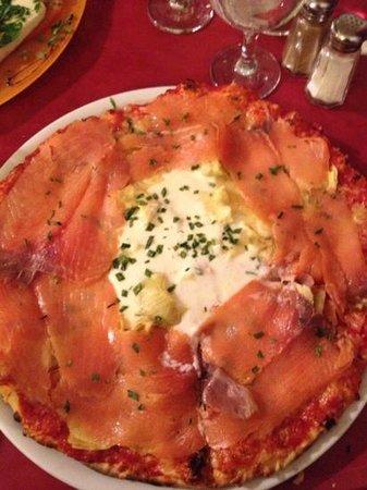 Carcassonne Youth Hostel : smoked salmon pizza - yummy!