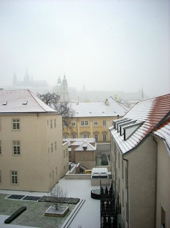 ‪‪Mandarin Oriental, Prague‬:                   Morning snow fall from Premier Castle View Room