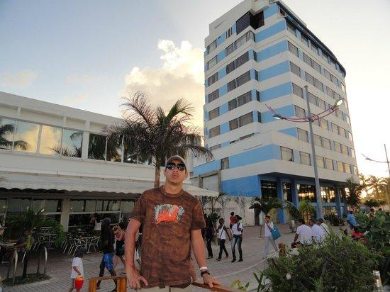 Hotel Blue Tone:                                                       Frente del hotel