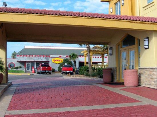 La Quinta Inn Galveston East Beach: Entrance portico, and Denny's