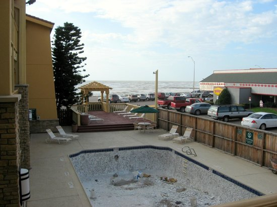 La Quinta Inn Galveston East Beach: Pool area, & view to beach & Denny's