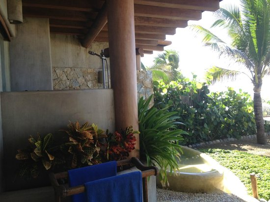 Las Palmas Beachfront Villas:                   Outdoor shower and pool