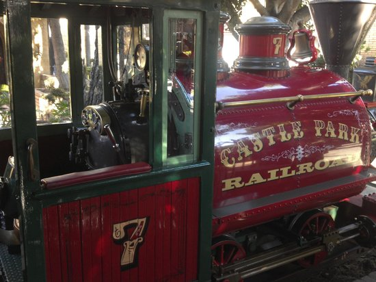 "Riverside, Californie : Castle Park's train that circles the park.  ""Watch out for the buffalo on the"