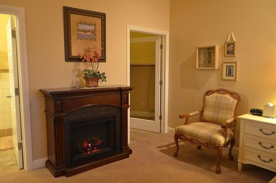 Bella Notte - The Inn at East Cliff: Room eight with fireplace and walkin closet