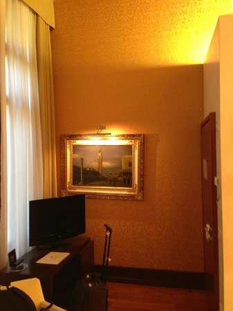 Hotel Palazzo Giovanelli:                   Artwork and TV