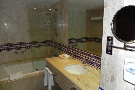 Grand Bahia Principe Coba:                   very nice & clean bathroom