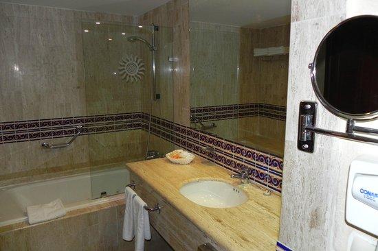 Grand Bahia Principe Coba:                   very nice & clean bathroom