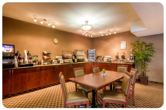 Comfort Inn & Suites Airdrie: Breakfast Room: Complimentary Hot Brekfast Buffet