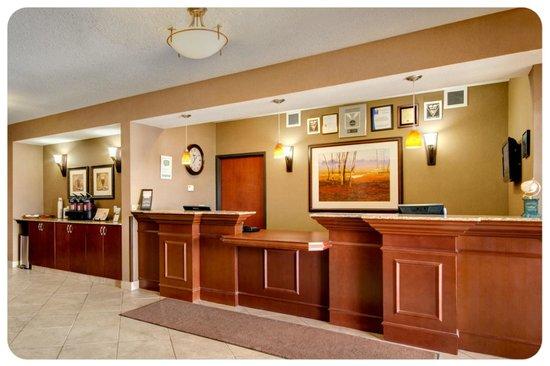 Comfort Inn & Suites Airdrie: Hotel Front Desk