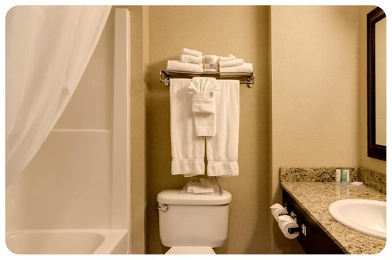 Comfort Inn & Suites Airdrie: Guest Bathroom Towel Display