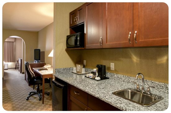 Comfort Inn & Suites Airdrie : King Suite with Extended Wet Bar