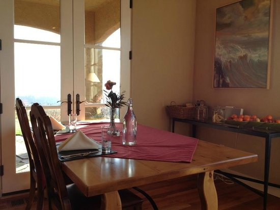 Black Walnut Inn & Vineyard:                   Dinning room