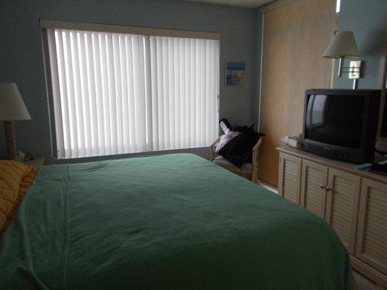 Sea Watch Resort : master bedroom with king and door to balcony