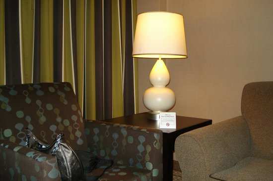 Embassy Suites by Hilton Raleigh - Crabtree: table and chair
