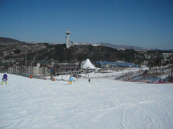 Holiday Inn and Suites Alpensia Pyeongchang Suite:                   View from top of easy run, hotel to left