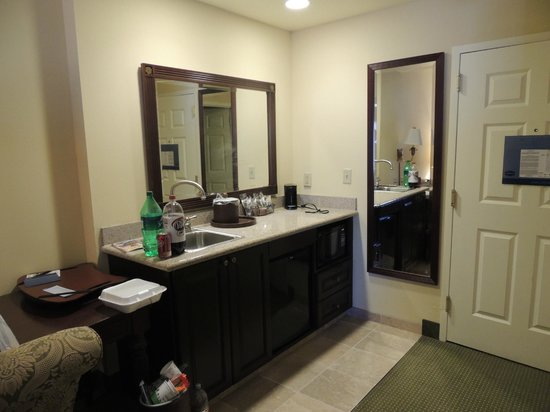 Hampton Inn & Suites Savannah Historic District: mini fridge and microwave by the door with 2 mirrors and sink