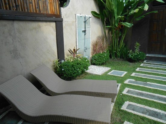 Gracia Bali Villas:                   Deck chairs by pool