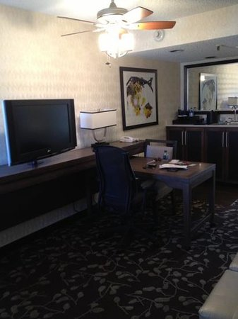 Embassy Suites by Hilton Napa Valley :                   room