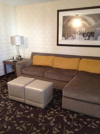 Embassy Suites by Hilton Napa Valley :                   sofa in room