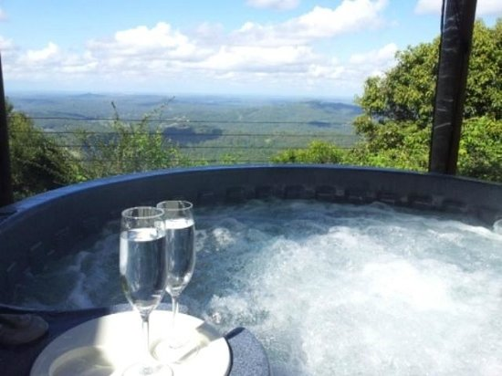 At Remingtons Lodge & Private Cottages: Remingtons Lodge spa/hottub
