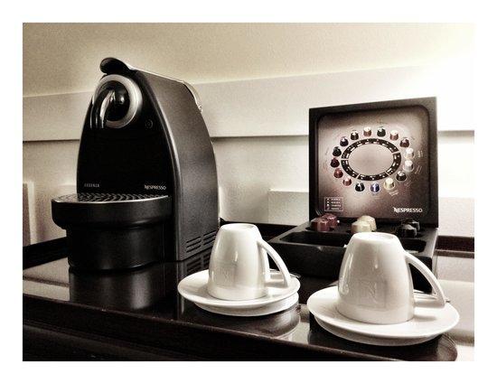 L'Hotel PortoBay Sao Paulo:                   Na sala de estar uma cafeteira Nespresso para bem receber ou simplesmente mata