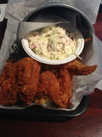 Sea Hag's Bar and Grill: Fried chicken bucket at Sea Hag, St. Pete Beach