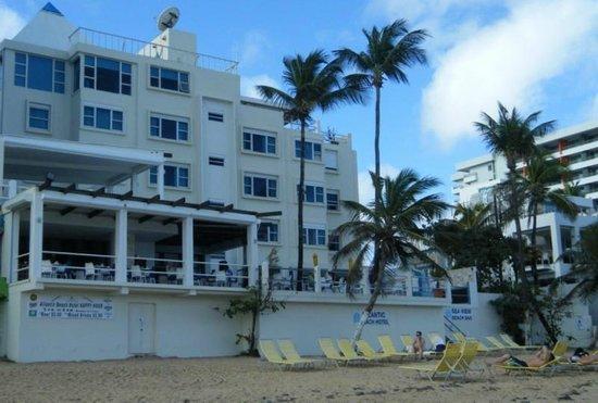 أتلانتيك بيتش هوتل: the Hotel as seen from the beach