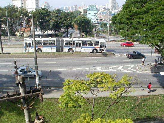 PalmLeaf Residence: Autovia casi pegada al frente del hotel