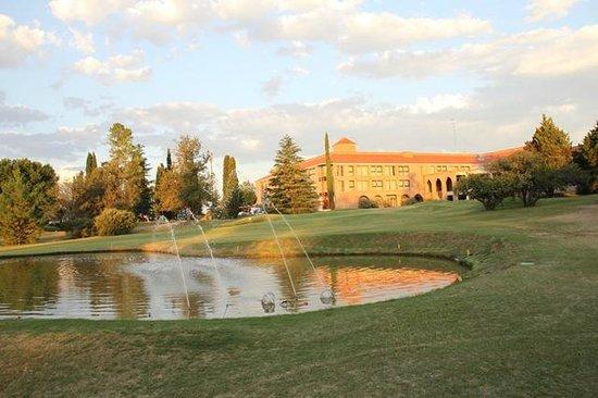 San Miguel Plaza Hotel :                   Vista del hotel con sus lagos