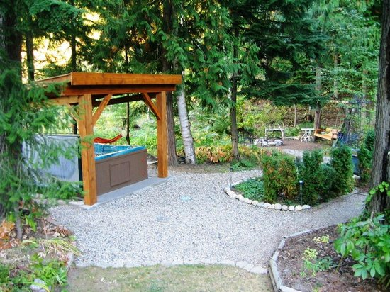 Guesthouse Mountain Escape: hot tub and fire pit