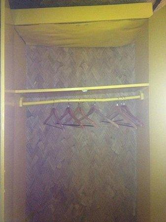 Dive Link Coron Adventure Island Resort :                   Broken closet from inside